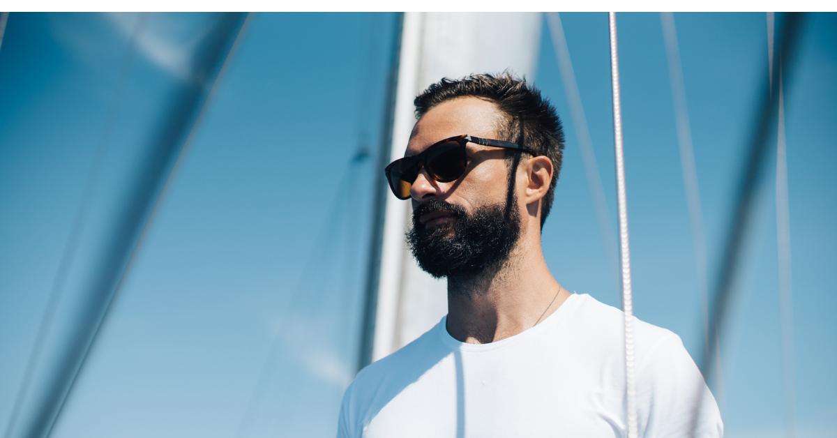 Hombre vestido con gafas de sol polarizadas